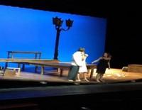 Marc Clotet y Natalia Sánchez se dan un beso en su última función como 'Amantes'