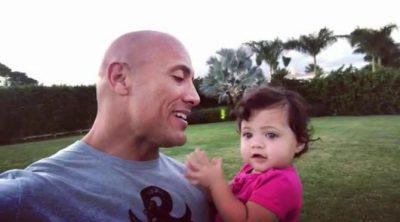 Dwayne Johnson cantándole el cumpleaños feliz a su hija