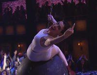 Anne Hathaway imita a Miley Cyrus y su 'Wrecking Ball'