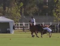 El Príncipe Harry se cae del caballo en un partido de polo