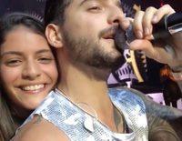 Maluma besa en pleno concierto a una fan en la boca